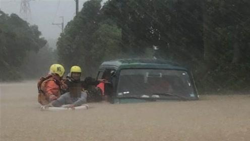 """台风""""白鹿""""致台湾2.7万户停电 积水及胸4人被困"""