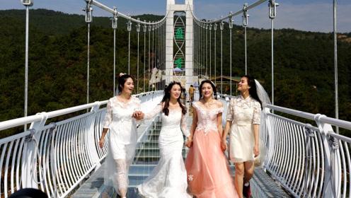 网红玻璃桥不良现象泛滥,女游客尬尴不已,网友:该好好整治了