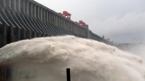 三峡大坝开闸泄洪时,水为什么要喷向天空?算是开眼界了