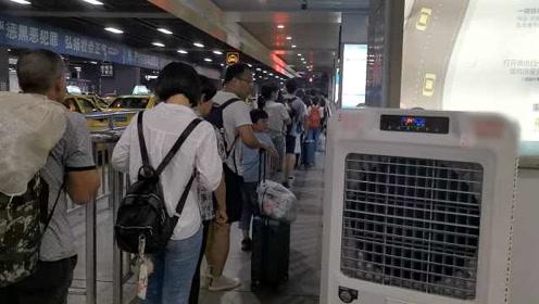 重庆天气热人也热情!出租车候车站加装空调