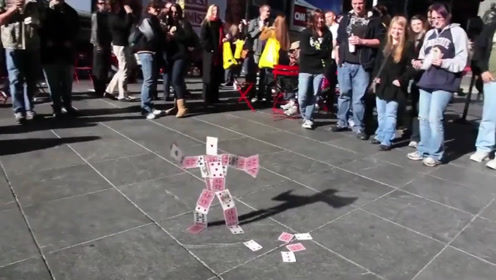街头出现魔法师,能将扑克牌变成傀儡,还能让傀儡走路