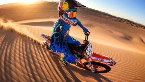 国外摩托车越野达人,在沙漠疯狂飙车,场面太酷炫!