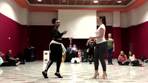 白美人和黑美人跳舞,你选哪个赢?快告诉我