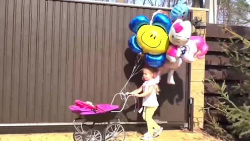 萌娃小可爱推着小车捡到了好多可爱的气球,小家伙好开心呀!