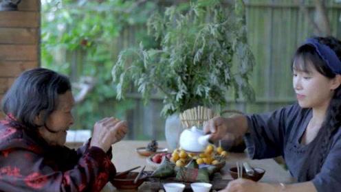 李子柒奶奶就是典型的吃货,在子柒做美食时,偷吃太可爱!