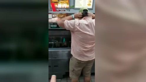 实拍快餐店顾客在后厨驱赶老鼠 老鼠慌不择路跳进滚烫油锅