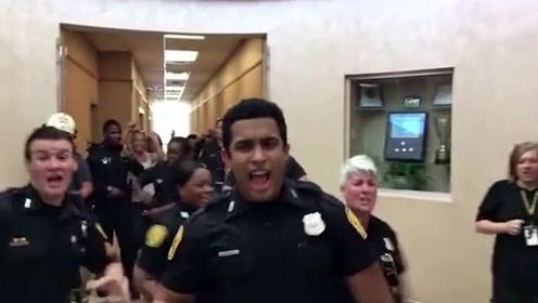 当警局里响起毛式土嗨电音,整个警局都跟着跳起来,局长最嗨