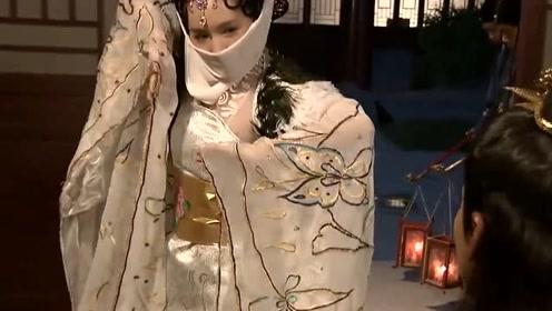 妃子身体不适,让小丫鬟替她去陪皇上,结果她为王朝续命200年