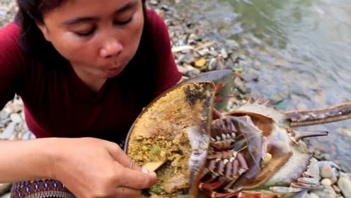 大姐在野外干活意外抓到个怪螃蟹,直接烤着吃,掰开后太恶心