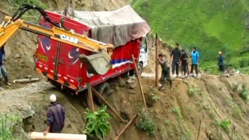还好挖掘机及时赶来,不然的话,这辆卡车就出事了!
