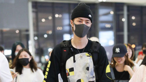 王一博在机场炫酷玩滑板,引来质疑声:耍帅也得有个度