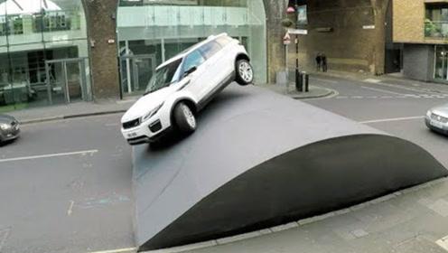 街头突现巨型减速带,过路车辆堵成长龙,路虎登场瞬间高能!
