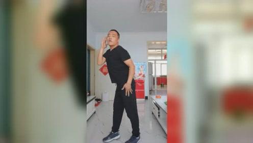 """中年大叔跳舞一年减下50斤,动作妩媚网友直呼""""太惊艳"""""""