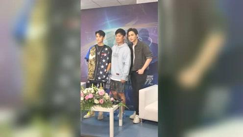 当陈赫和王鹤棣张彬彬站在一起,只看到S,XL ,M三个码