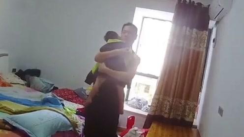 抓逃犯时孩子惊醒 民警秒变奶爸抱孩子轻声安抚:没事,拍电影呢
