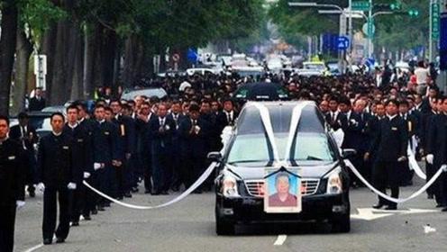 他身高只有1米58,93岁去世4万人送葬,五个女儿却无人敢娶
