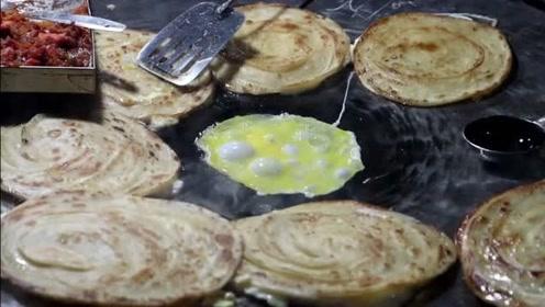 印度夜市的特色鸡蛋卷,看起来像手抓饼一样,看完你想来一份吗?