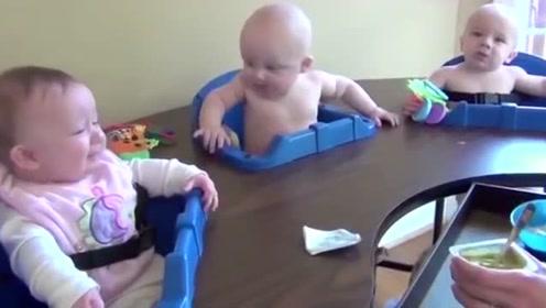 三胞胎饿坏了,争先恐后哭着要吃,急得妈妈都不知该先喂谁了