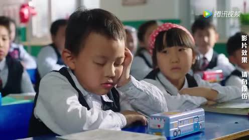 老师叫小明的同学小迷糊回答问题!他竟然边睡边回答!