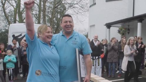 1分钟手劈木板挑战,一对夫妇双双破了世界纪录,网友:最强夫妇
