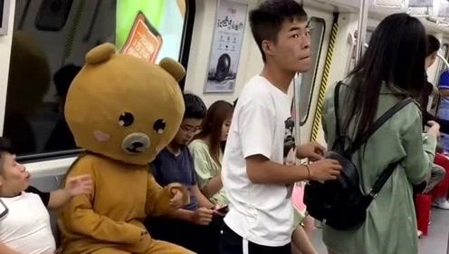 网红熊真的是霸气,在地铁上教训坏蛋,墙都不扶就服你