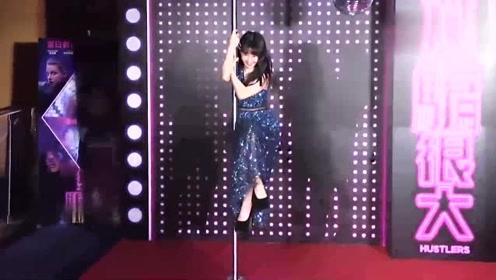 郭书瑶穿蛋糕裙现身优雅美丽, 表演钢管舞吐舌旋转笑不停