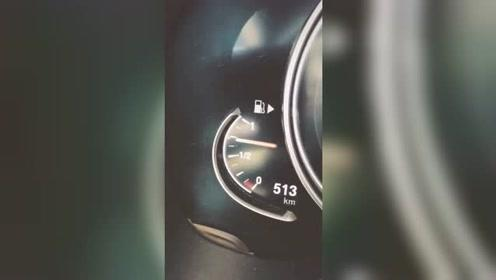 刚加满的一箱油,刚加速就用完了!买得起跑车,但油是真加不起