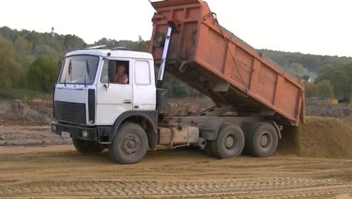国外的重型翻斗车真差劲,看上去车厢挺大,谁知才拉这点货