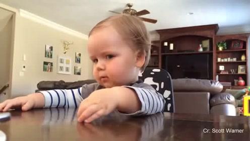 小宝宝因为自己还不会爬和爸爸生气,爸爸这锅背的,简直太冤了