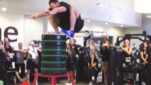 这是弹簧做的腿?平地起跳直接打破世界纪录,跨过1.61米的人
