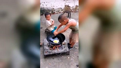 穷人的孩子早当家啊,这么小都会做饭,太不容易了