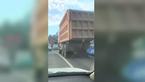 骑电动车还敢和货车挤,你是不想活命了吧