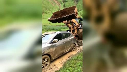一辆SUV被困,结果这块地皮倒了霉!
