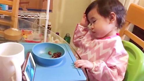 可爱萌宝:各种姿势!睡着了还能看电视剧,腻害啊!