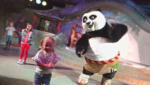 萌娃跟着大熊猫学习功夫,小家伙玩的可开心了!