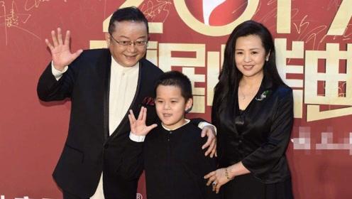71岁王刚近照曝光,三婚老婆年轻貌美,小儿子与外孙同岁