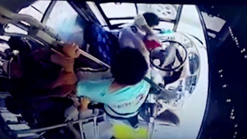 让孕妇从前门下车 公交司机遭男子猛打32拳晕倒方向盘上