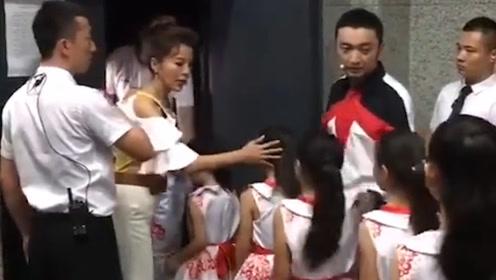 朱迅后台道歉2次,贴心安抚低龄表演者,表情动作尽显涵养