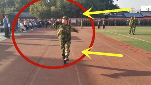 全校走路最标准的军训女生,独得教官恩宠,当上了先进标兵!