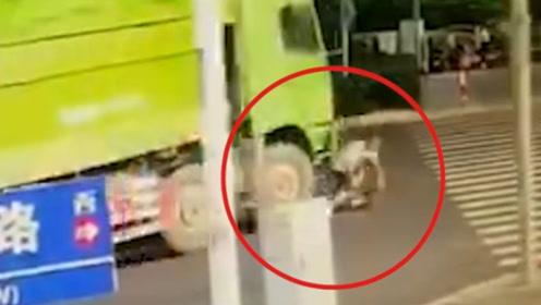 男子骑车遭货车挂倒碾压身亡 路人目睹全程抱头跑开