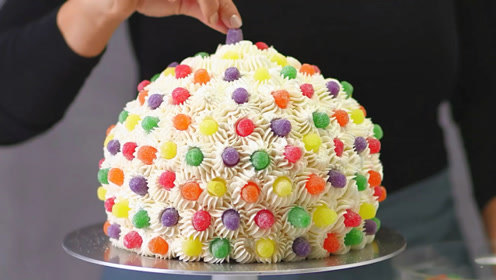 0距离看人家做蛋糕:当巧克力液浇上去的一瞬间,我要馋疯了!