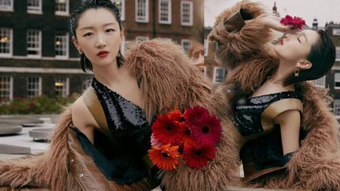 周冬雨亮片裙配人造皮草,伦敦时装周观秀造型突破不小