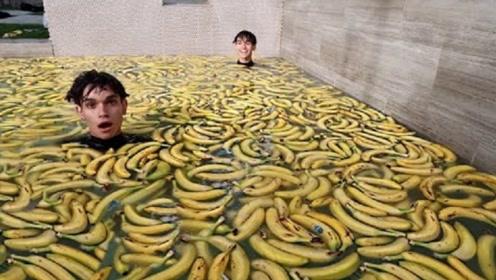 双胞胎挑战用香蕉泡澡,网友:土豪的世界,咱也不懂,咱也不敢问