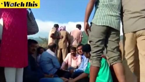 印度观光船倾覆致多人死亡 直升机抵达现场救援