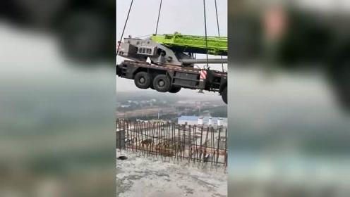 这是我见过最大的吊车,工作效率也是相当可观!