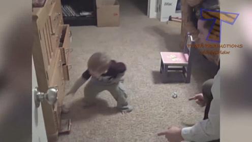 这老爸也太会玩了,小家伙被吓了一跳,有趣!