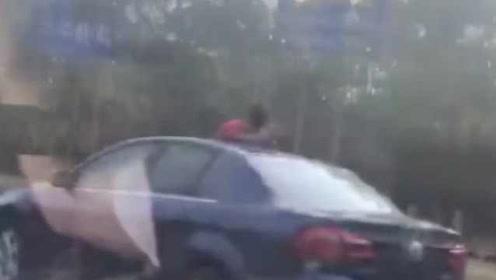家长心太大!车辆行驶中孩子半身探出天窗:想吹吹风看看风景