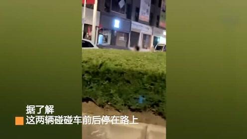 咋回事?贵州2名男子夜间开碰碰车上路,竟还向路过车辆示意