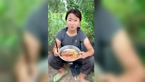 奔赴在西藏路上的女孩,展示豪华版方便面,让人直流口水!