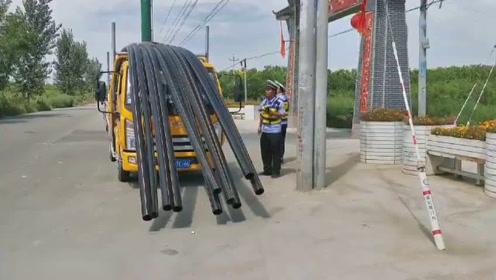 挡风玻璃被货物遮挡 驾驶员开车全靠猜 警察叔叔赶紧拦下